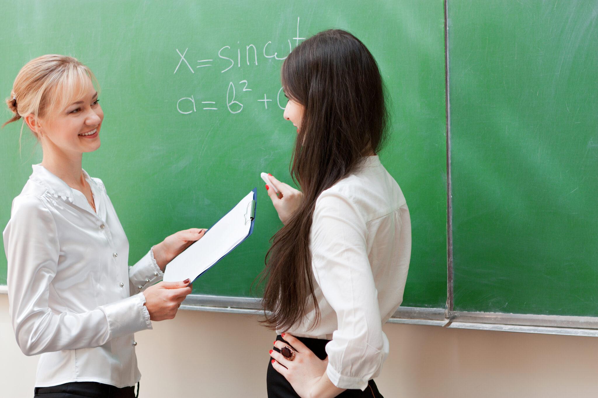 Saber cuáles son las preguntas más frecuentes en una entrevista de trabajo para profesor es parte fundamental de esa preparación