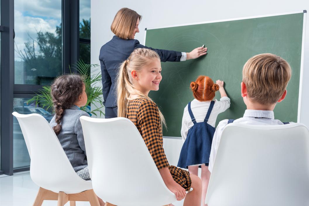 Para poder ser parte del cuerpo de maestros de las escuelas públicas necesitas opositar. Es decir, entrar en un concurso para hacerte con el puesto.